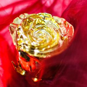 Pozłacana róża w pudełku