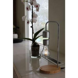 Lampa s levitující žárovkou